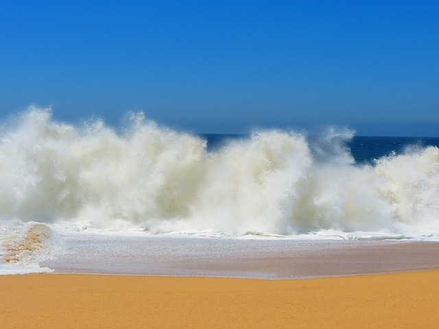 crashing-waves-140244_640 (1)
